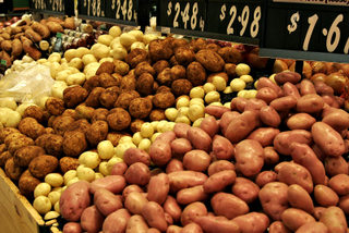 Various types of potatoes for sale, courtesy Wikimedia Commons.